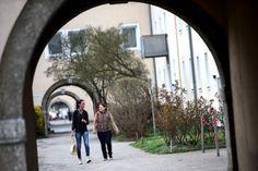 Genau wie am Spallerhof finden sich auch am Bindermichl viele sogenannte Hitlerbauten. Charakteristisch sind bei den Wohnhäusern vor allem die Innenhöfe, in denen im Sommer die umliegenden Bewohner ihre Wäsche aufhängen, Kinder in Sandkisten Burgen bauen oder Fußball spielen oder Spaziergeher nutzen. Mehr zum Bindermichl: http://www.nachrichten.at/oberoesterreich/linz/Der-Bindermichl-Von-der-gruenen-Wiese-zum-Wohnviertel;art66,1337595 (Bild: Weihbold)