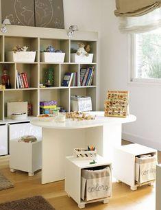 Cuarto de juego con sillas con cestitos para juguetes y mini-biblioteca | Playroom with cute stools with baskets for toys and book-shelves, from EL MUEBLE magazine