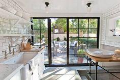 Rike og berømte amerikanere slåss om å ha sommerhus her The Hamptons, Beach House, House Ideas, Farmhouse, Windows, Traditional, Interior, Home, Kitchens