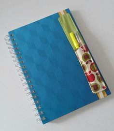 Never lose your favorite pen with this diy! Felt Bookmark, Bookmark Craft, Diy Bookmarks, Ribbon Bookmarks, Burlap Crafts, Diy And Crafts, Capas Kindle, Fuzzy Felt, Art Du Fil