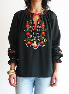 Vintage 1960s embroidered Hungarian folk blouse @ www.secondhandnew.nl