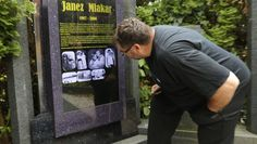 Un visitante contempla la tumba de Janez Mlakar, en Máribor