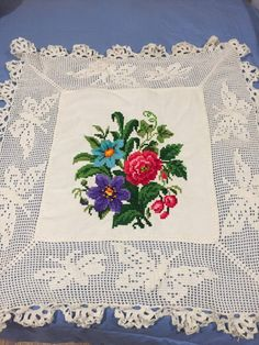 Small Cross Stitch, Crewel Embroidery, Filet Crochet, Cross Stitch Patterns, Needlework, Diy And Crafts, Shabby Chic, Floral, Dining Table Runners