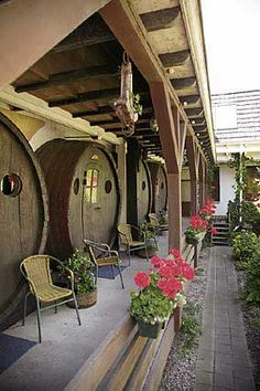 Hotel feito com barris - Madeiras - Arte Reciclada