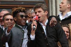 FC Bayern: Stars heizen Fans bei Meister-Empfang ein