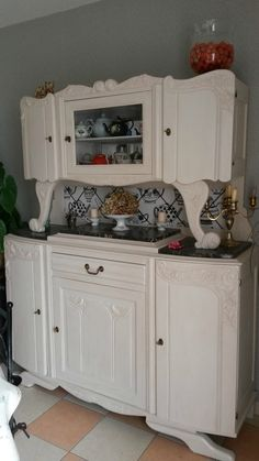 Buffet rétro relooké Furniture Makeover, Diy Furniture, Diy Deco Rangement, Style Retro, Cottage Homes, Bathroom Storage, Repurposed, Sweet Home, Kitchen Cabinets
