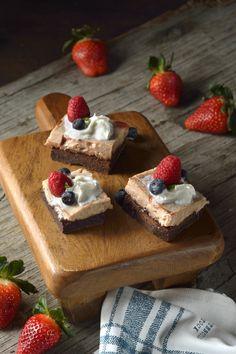 Prepara este delicioso cheesecake brownie con fresa y sorprende a tus amigos. Es un postre ideal ya que tiene lo esponjoso de un brownie y lo cremoso de un cheesecake. Lleva un intenso sabor a chocolate que se combina con un rico sabor a fresa.