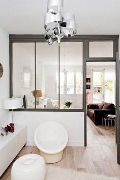 Стеклянные перегородки — идеальный вариант зонирования в квартирах-студиях и просто красивое решение для любого пространства.
