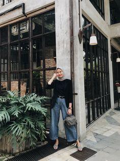 Inspirasi OOTD hijab untuk ke Kampus – N&D hijab casual remaja simple Hijab Casual, Ootd Hijab, Hijab Jeans, Simple Hijab, Modest Fashion Hijab, Modern Hijab Fashion, Street Hijab Fashion, Hijab Chic, Muslim Fashion