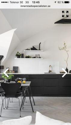 Fint kök, fina golv. Några skärbrädor i varm träfärg på bänken hade skapat mer balans. Annan färg på köksbordet- vitt eller trä!
