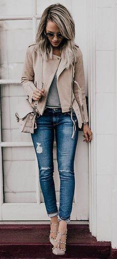 Nos encanta esta combinacion del color nude en el jacket, zapatos y cartera!