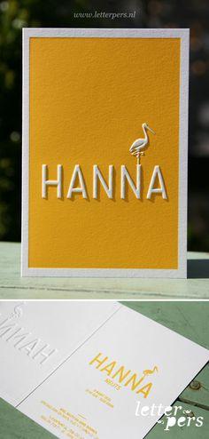 Voor Hannah mochten we dit mooie geboortekaartje ontwerpen en drukken wat nog steeds één van mijn favoriete kaartjes is. We hebben het kaartje in een mooie heldere oker gele kleur gedrukt en door de preeg komt haar naam en de ooievaar omhoog. Bij deze serie kaarten hebben we eventueel ook bijpassende enveloppen met een ooievaar …