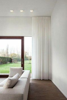 a beautiful, simple Leroy Merlin White for the modern living room - Wohnzimmer - Vorhang Floor To Ceiling Curtains, Home Curtains, Modern Curtains, Modern Living Room Curtains, Ideas For Curtains, Curtain Ideas For Living Room, Sheer Curtains Bedroom, Corner Window Curtains, Bedroom Curtains With Blinds