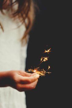 Recuerdo la emocion de tus ojos al ver como ardian aquellas varitas de luz, te convertias de nuevo en una niña y con la polvora se quemaban todas nuestras preocupaciones.