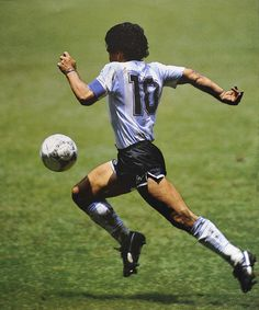 Diego Armando Maradona was the greatest palyer ever. He scored the best goal in the history of world cup. This is Maradona on 'El gol del siglo' scored against England during the mexico's 86 world cup. Best Football Players, Good Soccer Players, World Football, Soccer World, Retro Football, Football Soccer, Vintage Football, Fifa, Cr7 Messi