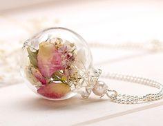 Mundgeblasene Glaskugel, die mit echten, getrockneten Blumen gefüllt ist, die hier ganz besonders zur Geltung kommt.  Mit viel Liebe und per Hand gefertigt.