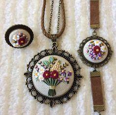 10.7b Takipçi, 824 Takip Edilen, 835 Gönderi - Zeynep Betül'in (@cicek.kasnak) Instagram fotoğraflarını ve videolarını gör Embroidery Sampler, Silk Ribbon Embroidery, Vintage Embroidery, Beaded Embroidery, Cross Stitch Embroidery, Jewelry Crafts, Handmade Jewelry, Flower Embroidery Designs, Brazilian Embroidery