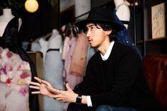 今、オシャレな女性を虜にしているマルチクリエイター、三浦大地(Daichi Miura)さん。浜崎あゆみのステージ衣装や高橋愛のウェディングドレス等を手掛けたり、またオシャレなイラストを描くことでも有名です。そんなファッション業界で活躍されるいる三浦さんにお話を聞いてきました!