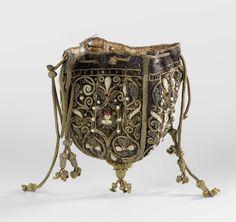 Buidel van paars fluweel, bestaande uit vier pattes waarop afwisselend het gekroond monogram 'DG' of 'ML' of twee verstrengelde handen onder een brandend hart, geborduurd met veelkleurige zijde, gouddraad, parels, lovers en robijnen, anoniem, 1600