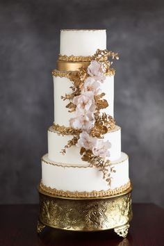 Gold and cream wedding cake by La Fabrik à Gâteaux Photography: Annie Garofano Photographe