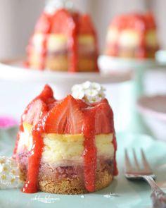 Mini Erdbeer -Cheesecake, Rezept findet ihr im Blog im Rezepte Index  Einen wunderschönen Tag✌ #recipeonmyblog #cakestagram #minitörtchen #Törtchen #bake #backenmachtglücklich #käsekuchen  #backebackekuchen #backen #kuchenliebe #lecker #yummy #instacake #minicake #cheesecake #erdbeerliebe #Erdbeeren #strawberries #ichliebefoodblogs