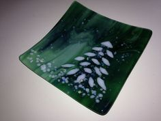 Green Marble Glass with Snowy Holiday Christmas Tree by Marusca Fused Glass Plates, Fused Glass Art, Glass Dishes, Dichroic Glass, Mosaic Glass, Glass Christmas Decorations, Christmas Plates, Glass Christmas Ornaments, Decoration Noel