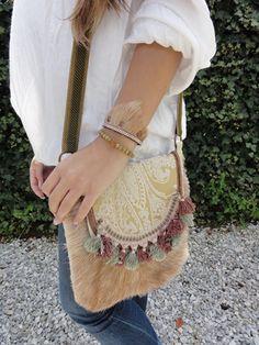 Sandra Creaties is een eigen label methandgemaakte leren tassen,sieraden, omslagdoeken en accessoires. De tassen worden gemaakt van recycle leersoorten en stoffen.Waardoor de prijs betaalbaar blijft.