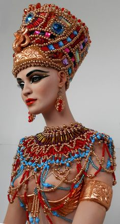 Headdress of a goddess. Egyptian Makeup, Egyptian Fashion, Egyptian Costume, Nefertiti Costume, Egyptian Queen, Egyptian Art, Egyptian Jewelry, Brust Tattoo, Carnival Costumes