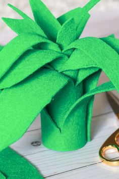 Super simple $3 pineapple Halloween costume idea   Easy DIY Halloween costume   DIY Pineapple Topper   DIY Pineapple Costume by fashion blogger Stephanie Ziajka from Diary of a Debutante Pineapple Halloween Costume Ideas, Pineapple Costume Diy, Tree Halloween Costume, Crow Costume, Halloween Costumes For Teens, Fruit Costumes, Diy Costumes, Homemade Halloween, Halloween Make Up