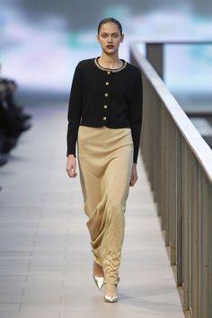 Falda larga en dorado a conjunto con chaqueta negra y botones dorados en el 080 Barcelona Fashion #trend #fashion #catwalk #Barcelona #Naulover #fall #winter #2015