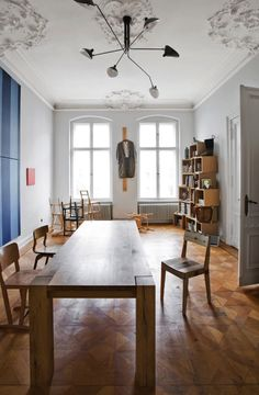 This Berlin apartment belongs to Frank Leder, a fashion designer. Frank remodeled this former West-Berlin space into his working atelier.