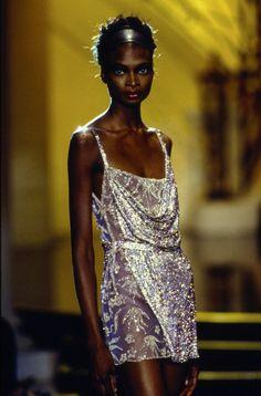 Atelier Versace Fall 1997 Couture Fashion Show Details: See detail photos for Atelier Versace Fall 1997 Couture collection. Look 33 Atelier Versace, Gianni Versace, Versace Versace, Style Couture, Couture Fashion, Runway Fashion, Boho Fashion, Fashion Show, Vintage Fashion