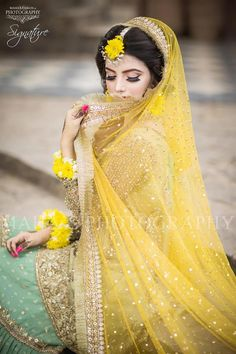 Not only Indian Brides but Pakistani Brides are too beautiful. ❤ Checkout the Mehndi Ceremony look of our beautiful Pakistani Bride… Pakistani Mehndi Dress, Bridal Mehndi Dresses, Bridal Dress Design, Pakistani Bridal Dresses, Pakistani Wedding Dresses, Bridal Outfits, Mehendi, Bridal Lehenga, Mehndi Decor