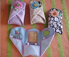 FINO FELTRO - FORTALEZA CE e BRASÍLIA DF: Presentes Especiais - Porta Agulhas, Jogo da Velha e Chaveiro Goen: Really cute idea for in your purse, for the college or camp bound, first home, etc. Everyone should have the basic sewing essentials handy! Sewing Hacks, Sewing Tutorials, Sewing Patterns, Sewing Kits, Dress Tutorials, Sewing Ideas, Quilt Patterns, Needle Case, Needle Book
