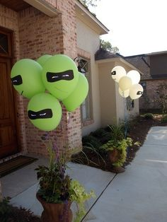 super hero party balloons >> What fun and so simple too! instead of mask - put eye patch for pirate party with red and white balloons Turtle Birthday Parties, Ninja Turtle Birthday, Ninja Turtle Party, Superhero Birthday Party, Ninja Turtles, 5th Birthday, Birthday Ideas, Birthday Games, Ninja Party