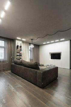 amenagement-studio-2-canapé-gris-foncé-plafond-béton-parquet