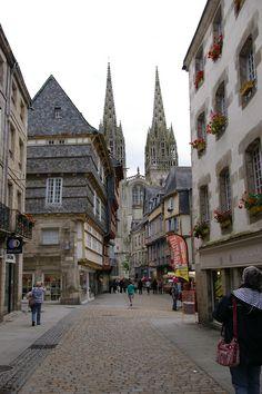 Quimper, centre historique, rue Kéréon et vue sur la cathédrale et le Roi Gradlon qui veille © Gina Paletti- mars 2013 | Finistère Bretagne