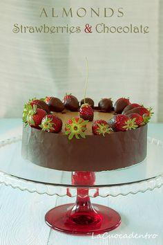 La Cuoca Dentro: Torta alle mandorle, fragole e cioccolato