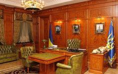 Утонченно-болотный цвет кожи кресел и дивана в сочетании с золотом люстры-подсвечника и коричневыми разводами стенных панелей создают впечатление удивительной легкости и функциональности Кожаного кабинета, уютным шторам с бахромой позавидовали бы лучшие бордели мира, а такого большого телефона, как у президента Януковича, нету вообще ни у кого. На нем, наверно, номер можно даже ногой накручивать. И это не говоря уже про стоящий рядом с телефоном микрофон караокe...