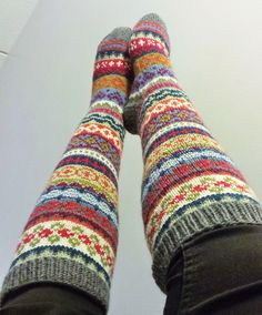 Lanka, puikot ja inspiraatio: Nyt on värikkäät jalat! Knitted Socks Free Pattern, Crochet Socks, Knitting Socks, Knit Crochet, Crochet Leg Warmers, Icelandic Sweaters, Winter Socks, Wool Socks, Fair Isle Knitting