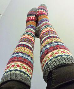 Lanka, puikot ja inspiraatio: Nyt on värikkäät jalat! Knitted Socks Free Pattern, Crochet Socks, Knitting Socks, Knit Crochet, Wool Socks, My Socks, Crochet Leg Warmers, Icelandic Sweaters, Winter Socks