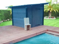 Abri piscine de 5 m² Solaire Box au bord de la piscine d'un client. Les panneaux solaires peuvent alimenter les pompes de la piscine