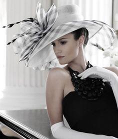 Nigel Rayment millinery, de nuevo el eterno blanco y negro Millinery Hats, Fascinator Hats, Fascinators, Derby Day, Church Hats, Fancy Hats, Kentucky Derby Hats, Wearing A Hat, Love Hat