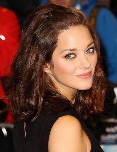 Si tienes el pelo ondulado, un corte recto a la altura de los hombros como el de Marion Cotillard es un estilismo perfecto. Nos encanta.
