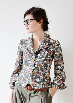 the floral blazer with flare! unbelievably in! Unique Fashion, Look Fashion, Fashion Outfits, Womens Fashion, Blazer Floral, Floral Jacket, Mode Unique, Mode Plus, Passion For Fashion