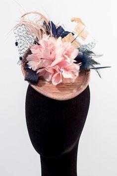 ¡Vamos a poner un poco de color a este día gris con este stiletto con flor de plumas y velo! kcy.me/152qn #tocado #boda