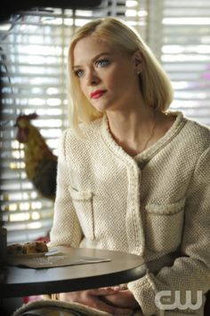 Jaime King as Lemon Breeland in HART OF DIXIE on THE CW. Photo: Michael Yarish/The CW ©2011 The CW Network. All Rights Reserved.