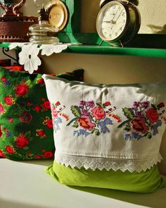 Bu Ev İçine Adım Atar Atmaz İnsanı Geçmişe Işınlıyor - Best Sewing Tips Shabby Chic Kunst, Blue And White Living Room, Cushion Embroidery, Cross Stitch Art, Brazilian Embroidery, Sewing Pillows, Handmade Pillows, Cushion Fabric, Bed Styling