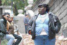 """O filme é ambientado em Nova York, na década de 80, e conta a história de Claireece """"Preciosa"""" Jones, uma garota negra de dezesseis anos de idade, que tem uma vida repleta de dificuldades. Abusada pela mãe, violentada por seu pai (de quem engravidou duas vezes), ela cresce pobre, analfabeta e gorda. Impossível segurar o choro ao acompanhar a luta de Preciosa rumo ao auto-conhecimento e amor próprio."""