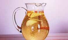 Zimt-Apfel-Zitronenwasser zum Abnehmen Water with cinnamon, apple and lemon can be prepared quickly and promotes well-being. Apple Cinnamon Water, Apple Water, Cinnamon Apples, Cinnamon Sticks, Cinnamon Drink, Cinnamon Powder, Lemon Water, Flavored Water Recipes, Dietas Detox